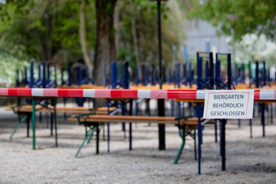 Menschenleer ist der Biergarten mit gestapelten Bänken und Tischen im Westpark. Aufgrund der aktuellen Corona-Krise ist der Biergarten geschlossen.