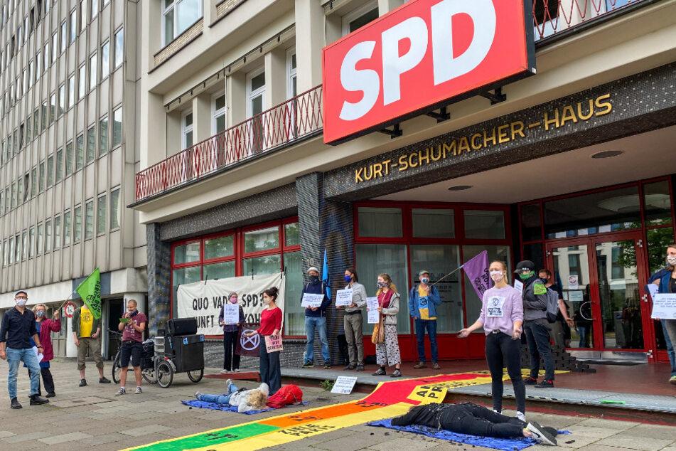 Aktivisten belagern die SPD-Zentrale in Hamburg.