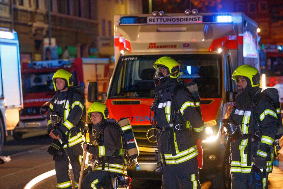 Die Feuerwehr rückte mit 50 Einsatzkräften zu einem Kellerbrand in Neuss an.