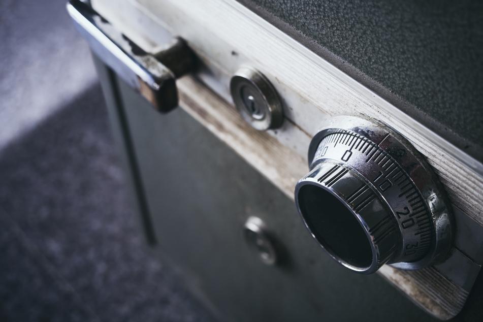 Diebe wollten 300-Kilo-Tresor klauen: Fehlendes Kennzeichen bringt Polizei auf Spur von Einbruch