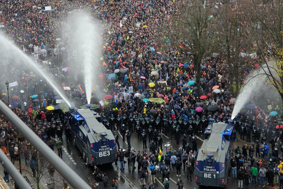 Die Polizei setzte am 18. November bei einer Demonstration gegen die Corona-Einschränkungen der Bundesregierung am Brandenburger Tor unweit des Reichstagsgebäudes Wasserwerfer ein.