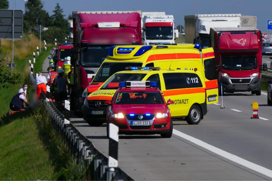 Während der Autofahrer hinter der Leitplanke erstversorgt wurde, lief der Verkehr auf einer Spur an der Unfallstelle vorbei.