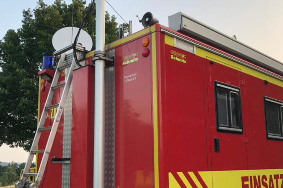 Die Feuerwehr Köln baut das Netz entlang der Ahr mit auf.
