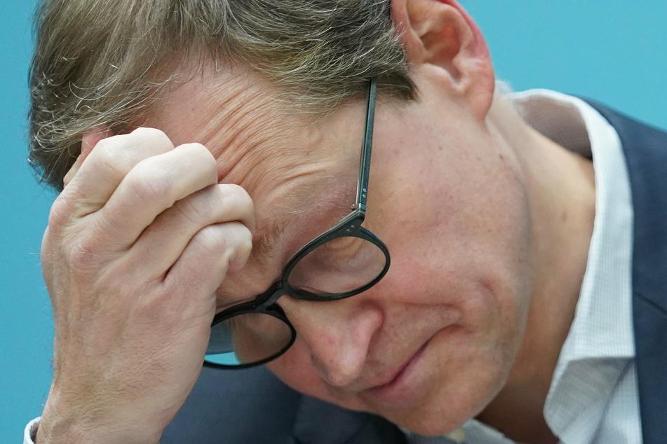 : Michael Müller (56, SPD), Regierender Bürgermeister, fasst sich zu Beginn einer Pressekonferenz an die Stirn.