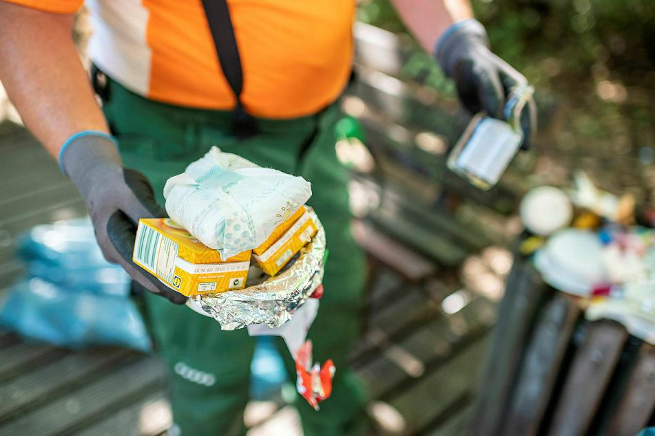 Übervolle Mülleimer: Nicht nur Feier- und Lebensmittelabfall landet in den Behältern auf dem Lessingplatz.