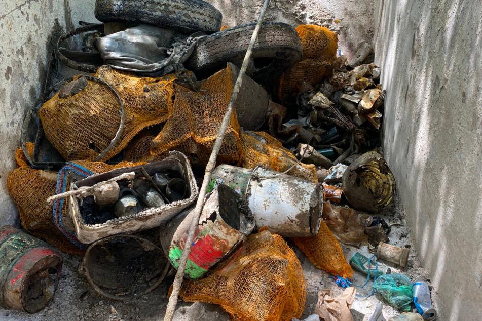 Einen Container voller Müll brachten Taucher vom Seegrund an die Oberfläche.