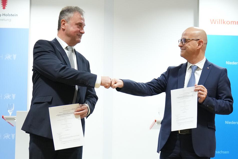 Ist die gefeierte Einigung zwischen der GDL und der Deutschen Bahn hinfällig? Womöglich hat Bahn-Chef Martin Seiler (57, r.) bald einen neuen Verhandlungspartner.