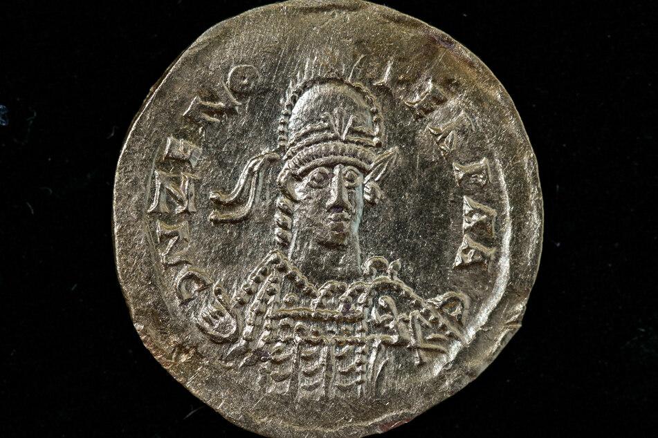 Eine wertvolle Goldmünze von Kaiser Zeno liegt zur weiteren Untersuchung in der Werkstatt des Landesmuseums für Vorgeschichte.