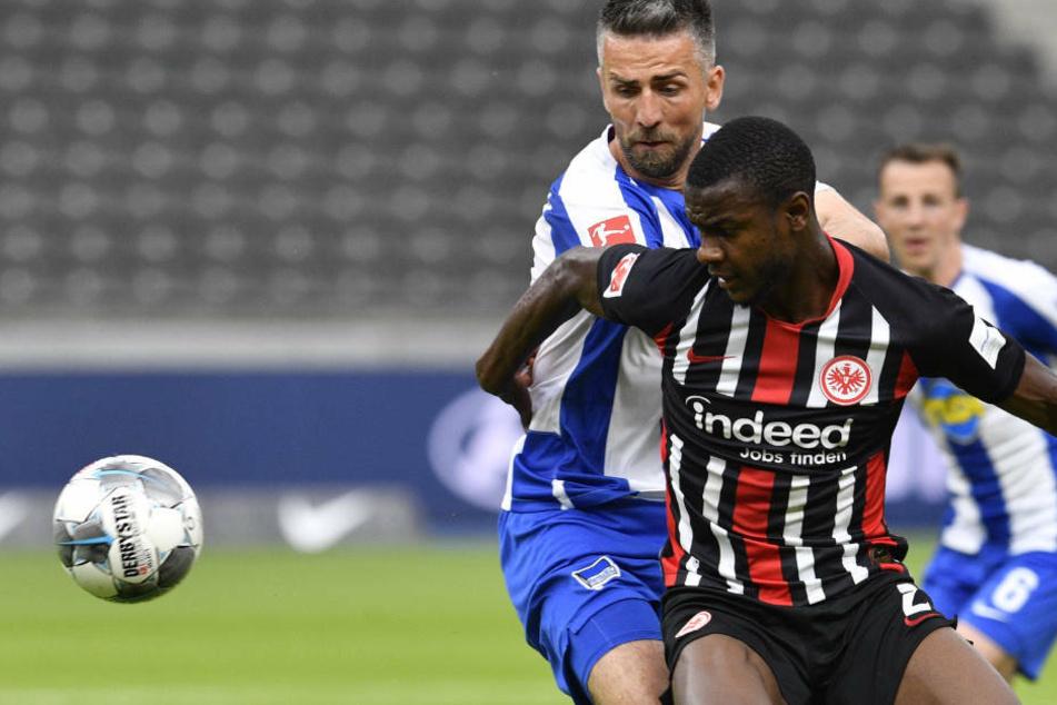 Evan N'Dicka im Zweikampf mit Vedad Ibisevic von Hertha BSC am 31. Spieltag der zurückliegenden Saison. Die Eintracht gewann das Spiel in Berlin mit 4:1.
