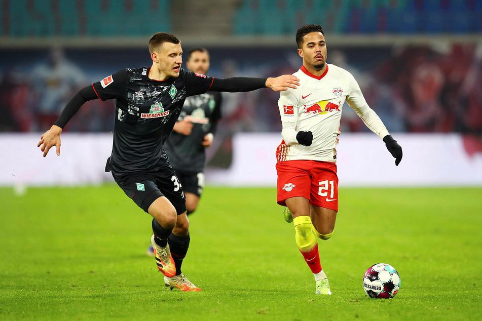 Justin Kluivert (21, r., hier gegen Werder Bremens Maximilian Eggestein) hat nach kurzer Eingewöhnungszeit gegen Bayern München und Manchester United schon gute Leistungen abrufen können.