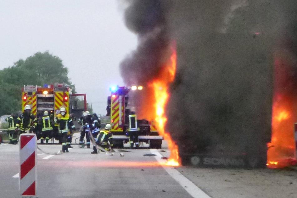 Das Foto zeigt den brennenden Sattelschlepper, der am Sonntagabend eine Vollsperrung der A61 in Richtung Koblenz auslöste.