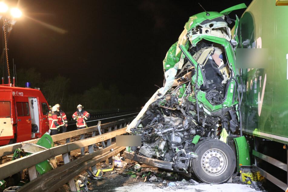 Unfall bei Bergungsarbeiten: Lkw-Fahrer in Führerhaus eingeklemmt