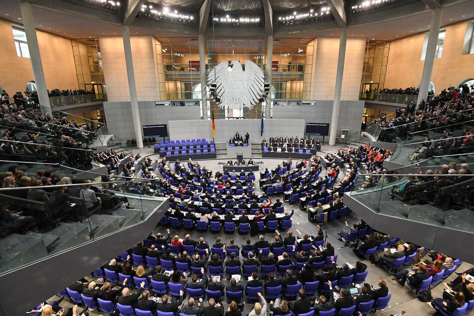 Übersicht über die konstituierende Sitzung des 19. Deutschen Bundestages im Plenarsaal im Reichstagsgebäude. Derzeit haben 709 Politikerinnen und Politiker einen Sitz im Bundestag.