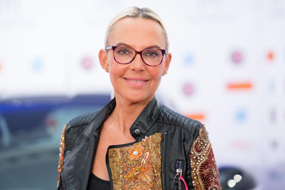 Natascha Ochsenknecht lächelt in die Kameras.