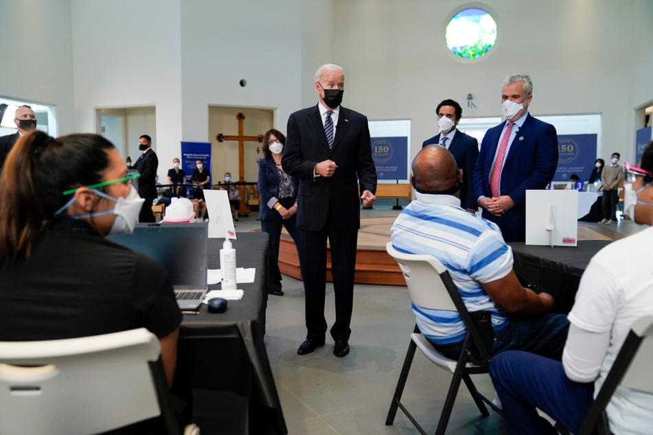 USA, Alexandria: Joe Biden besucht eine Impf-Einrichtung am Virginia Theological Seminary.