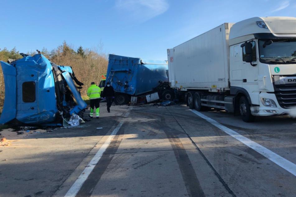 Schwerer Unfall auf der A7: Drei Lkw krachen ineinander