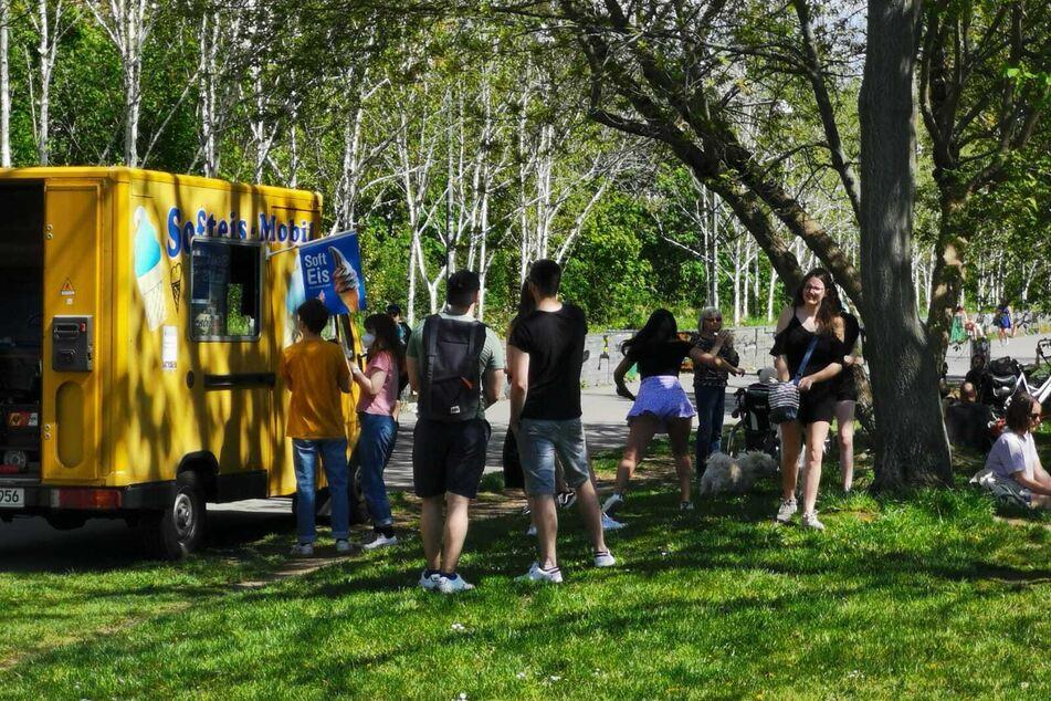 Im Lene-Voigt-Park machte ein Eiswagen Stopp und versorgte die Anwohner mit einer kühlen Erfrischung.
