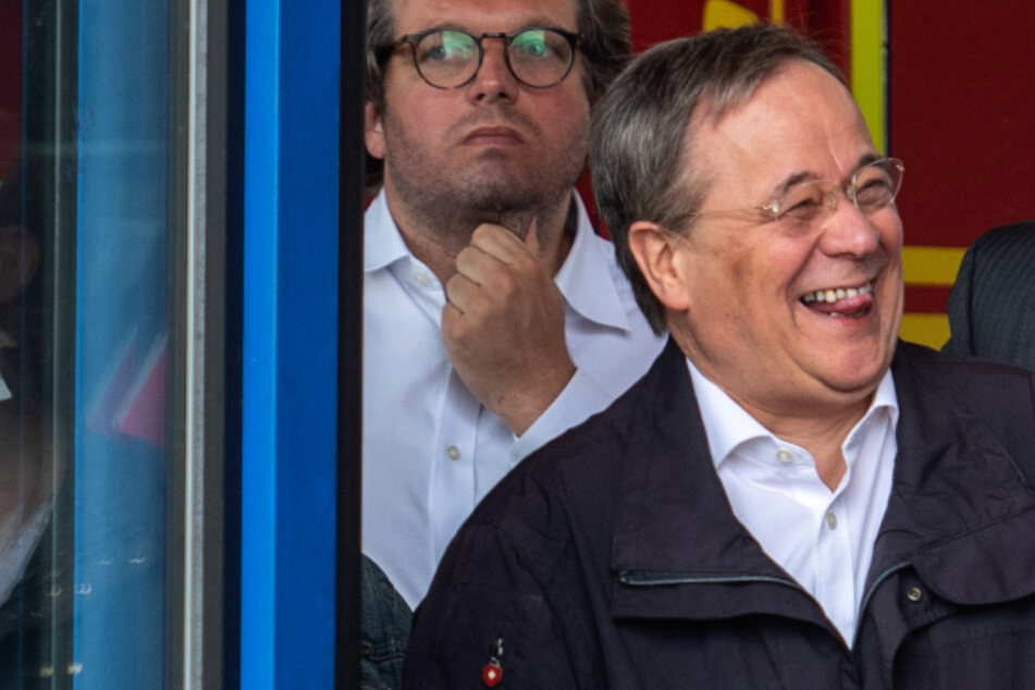 Flutkatastrophe: Steinmeier drückt Beileid aus, Armin Laschet feixt im Hintergrund