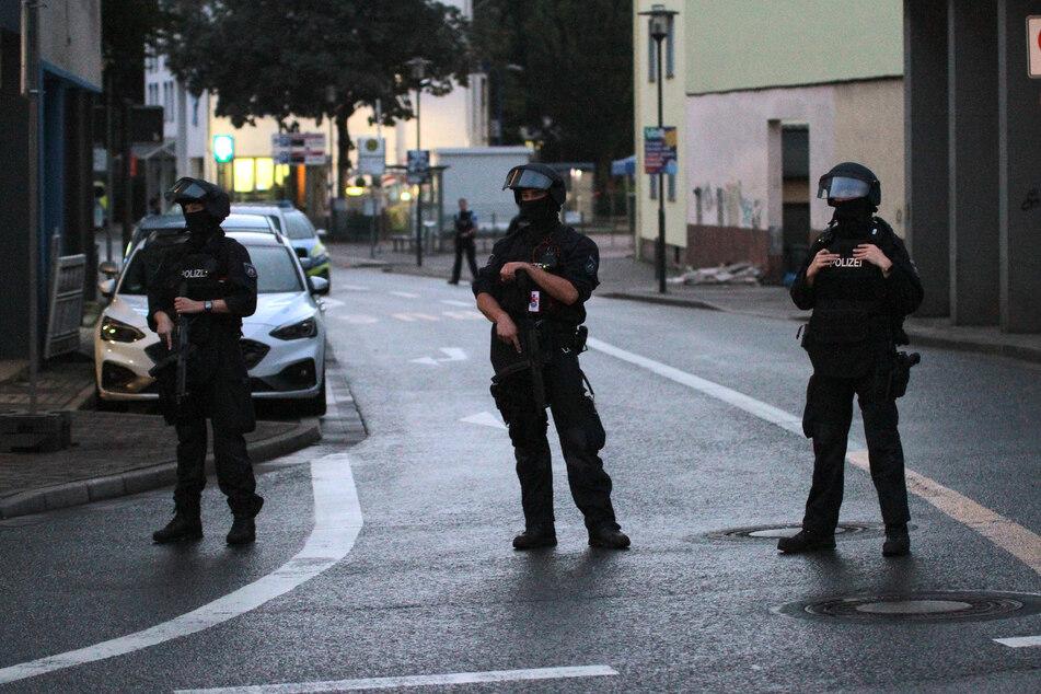Einsatzkräfte der Polizei sperren eine Straße in Hagen ab.