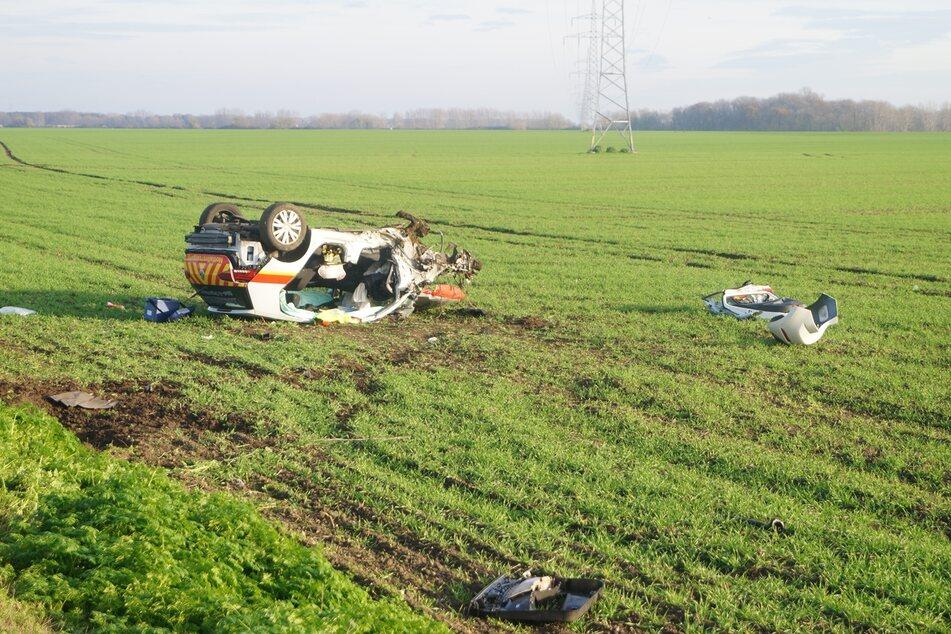 Das Notfallfahrzeug wurde in den Straßengraben geschleudert.