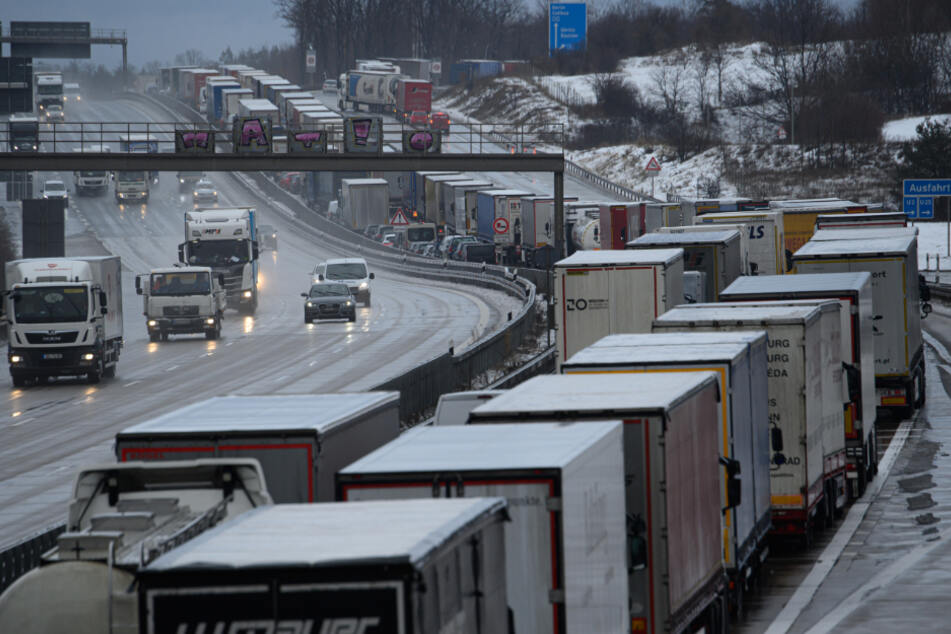 Dresden: Der Verkehr staut sich auf der Autobahn 13 an der Abfahrt zur Autobahn 4.