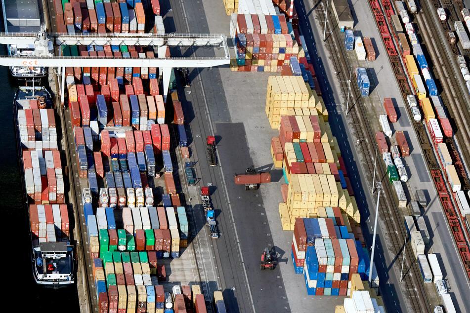 Schiffe werden im Containerhafen Duisburg beladen. Der Umsatz der Industrie-Unternehmen in NRW ist 2020 um 11,3 Prozent gesunken.