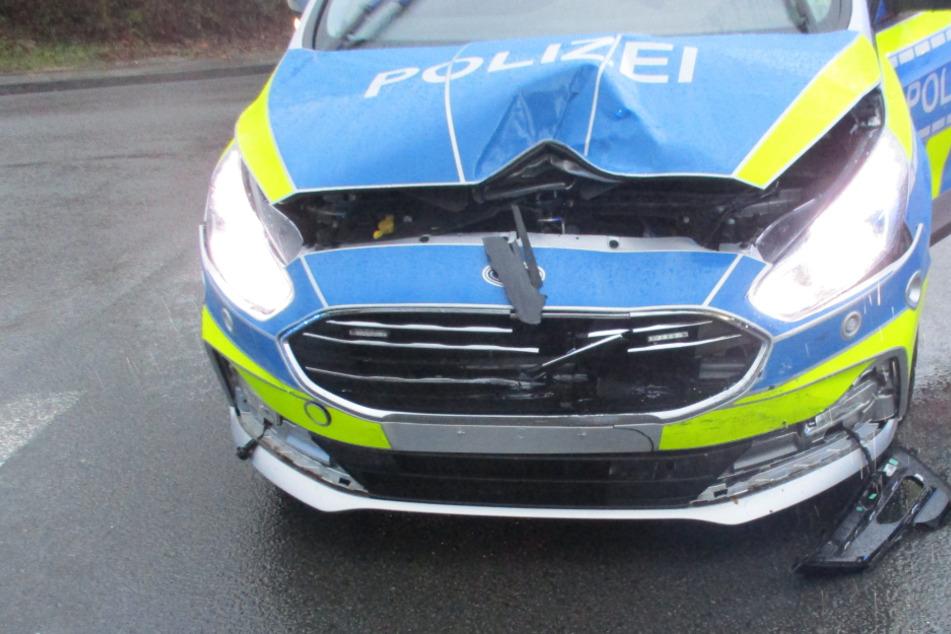 Kleintransporter kracht nach dem Abbiegen in Polizeiauto