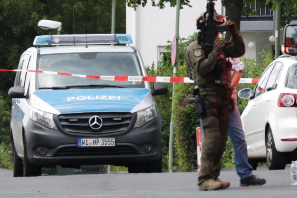 Das Foto zeigt offensichtlich einen schwer bewaffneten SEK-Beamten.