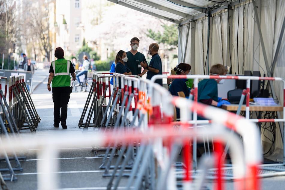 Ärzte bereiten den Betrieb einer Walk-through-Teststation vom Tropeninstitut am LMU Klinikum München vor. Die Teststation wird zur Untersuchung von medizinischem Personal und Personengruppen wie Polizei und Feuerwehr eingerichtet.