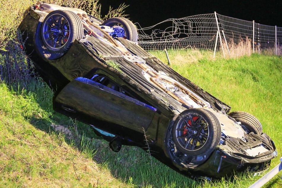 Der BMW M4 kam nach dem Unfall im Straßengraben zum Liegen.
