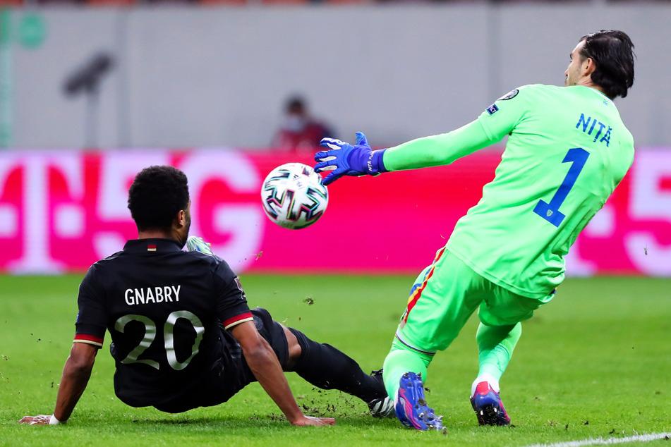 Immer wieder scheiterten die deutschen Spieler - wie hier Serge Gnabry (l.) - an Rumäniens starkem Keeper Florin Nita.