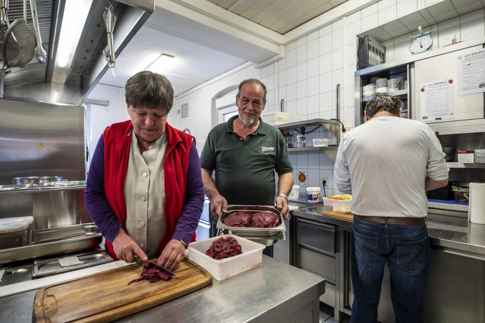 """Endlich wieder Gäste: Liebevoll bereiteten Katrin (58) und Tilo Appelt (54) das Essen im Restaurant """"Zum Schloßberg"""" vor."""