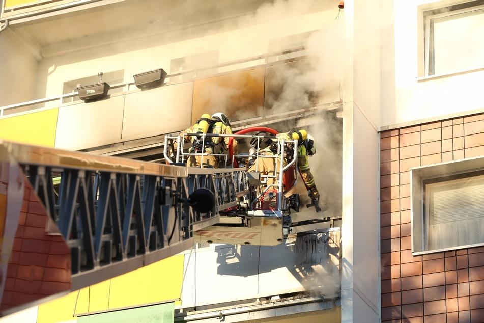 Die Kameraden der Feuerwehr bekämpften den Brand auf einer Drehleiter stehend.