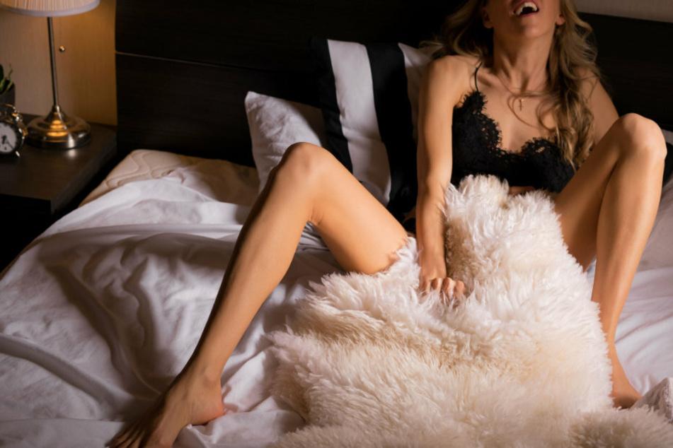 Eine Frau befriedigt sich in ihrem Bett (Symbolbild).