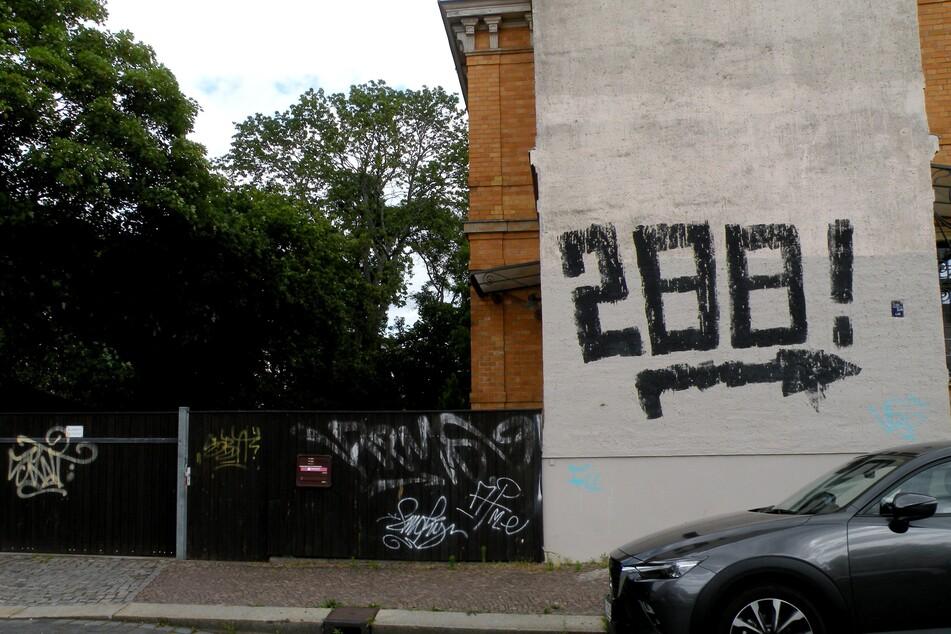 Nazi-Zeichen? Leipziger sorgen sich über dubiose Botschaft an Stötteritzer Hauswänden