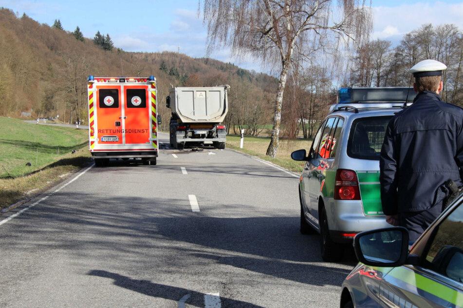 Einsatzkräfte stehen an der Unfallstelle.