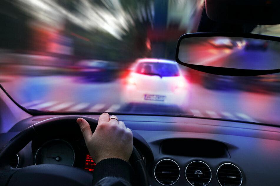 Ein 36-Jähriger ist in der Nacht zu Dienstag teils mehr als doppelt so schnell wie erlaubt vor der Polizei geflüchtet. (Symbolbild)