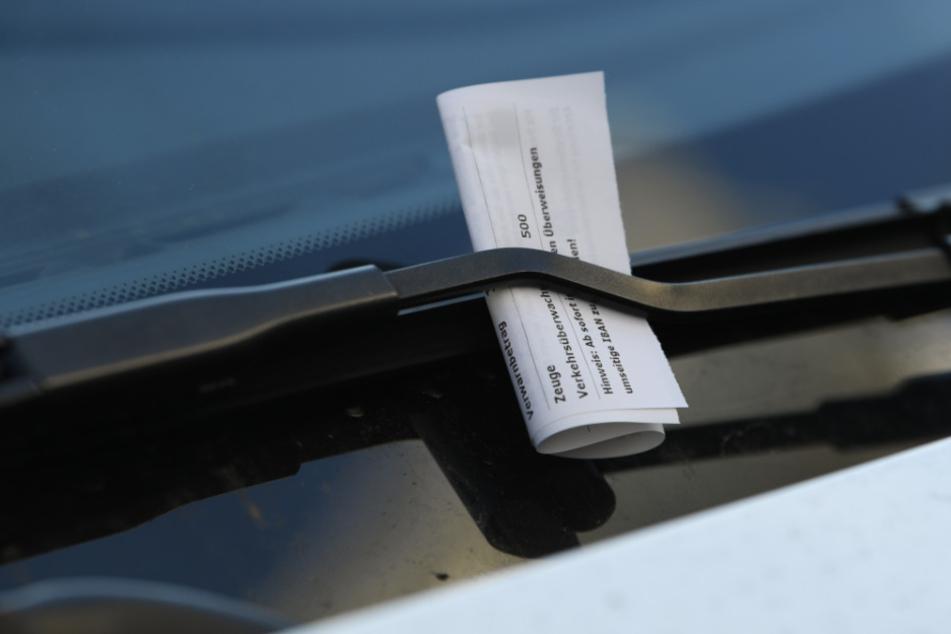 Teurer Liebesbrief. Ein Strafzettel klemmt an einem Auto.
