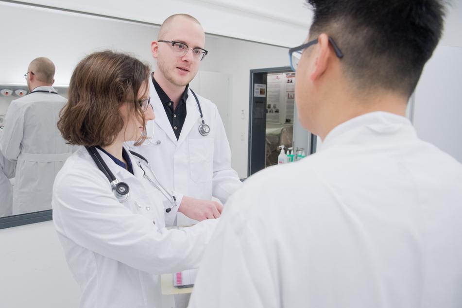 Medizinstudent Vincent Lubbe (m.) übt die Kommunikation mit Kollegen und Patienten. (Symbolbild)