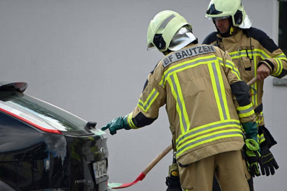 Was ist denn das? Die Berufsfeuerwehr Bautzen überprüfte die Flüssigkeit auf dem Fahrzeug.
