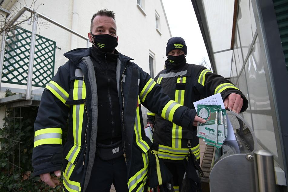Sören Rätzer (41, l.) und Mercel Philipp (41) von der Freiwilligen Feuerwehr Pleißa warfen den Senioren die FFP-2-Masken in die Briefkästen.
