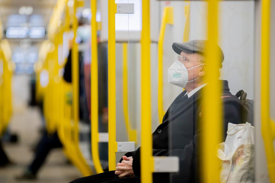 Auch in den öffentlichen Verkehrsmitteln gilt schon lange: Schützt Euch selbst und andere mit Hilfe von FFP2-Masken vor dem Coronavirus.