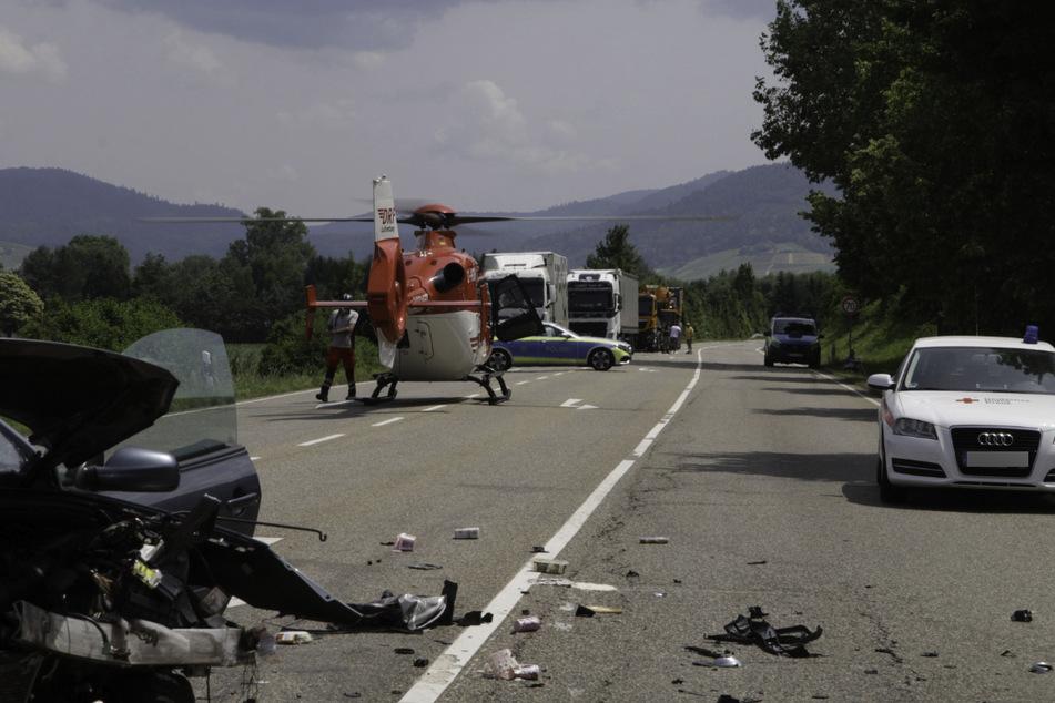 Ein Schwerverletzter musste nach dem Unfall mit dem Rettungshubschrauber in eine Klinik geflogen werden.
