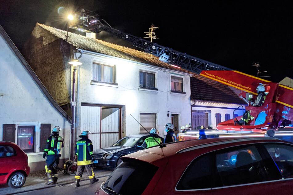 Drei Verletzte nach Hausbrand, Frau wird nach Rettung reanimiert