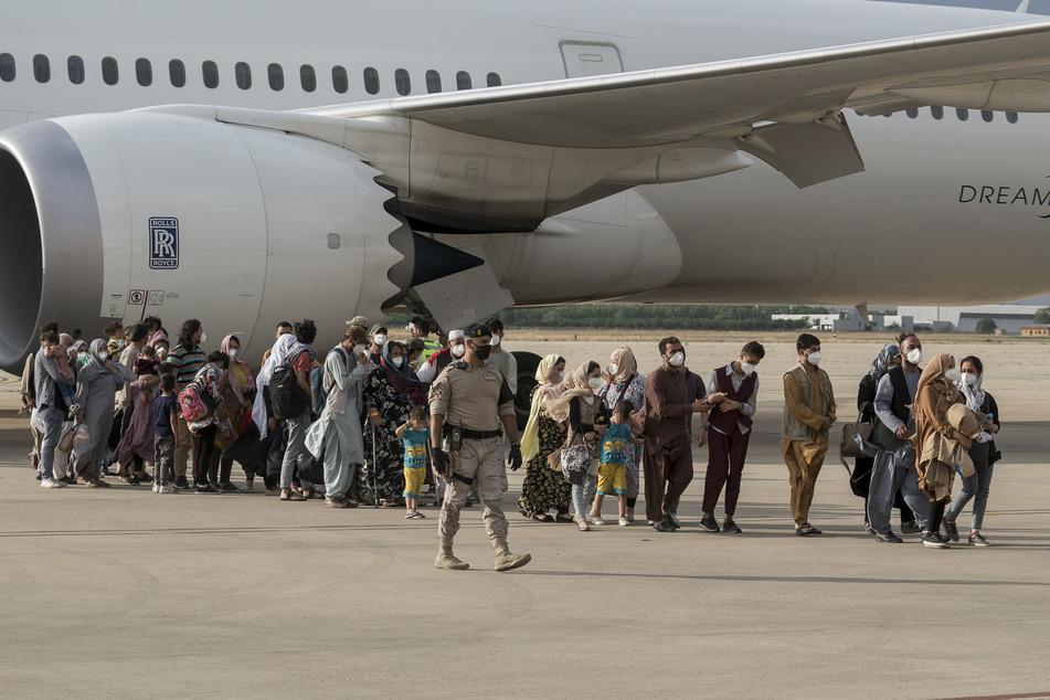 Zurückgekehrte Straftäter aus Afghanistan: NRW-Flüchtlingsminister droht mit Konsequenzen!