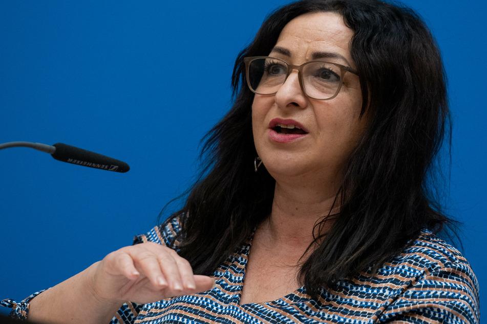Gesundheitssenatorin Dilek Kalayci (54, SPD) sieht es kritisch, dass die Berliner Gesundheitsämter künftig nur noch Kinder und Jugendliche mit einem positiven PCR-Test in eine 14-tägige Quarantäne schicken wollen.
