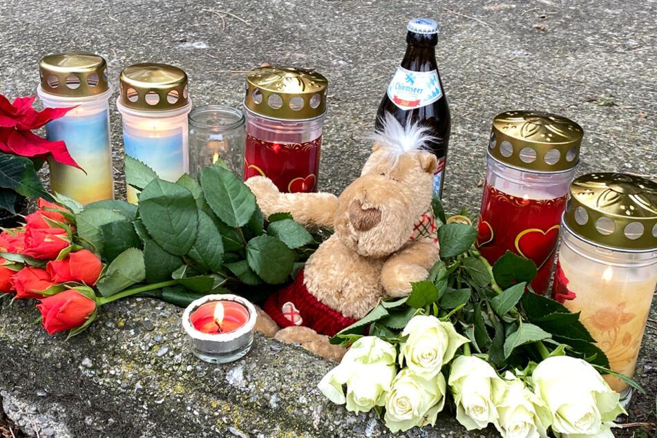 Am Tatort haben Trauernde Kerzen, Blumen und andere Gegenstände niedergelegt.