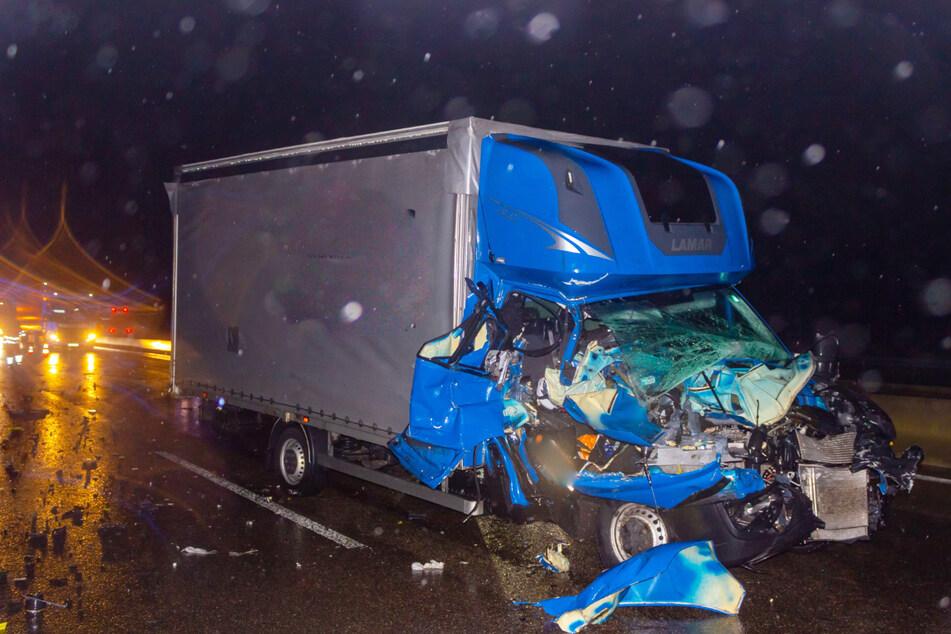 Führerhaus komplett zerstört: Doch der Fahrer dieses Transporters hatte Glück!
