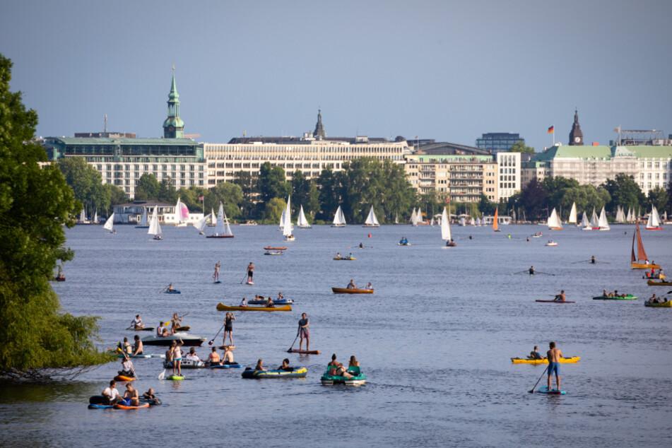 Wassersportler nutzen das Sommerwetter auf der Außenalster.