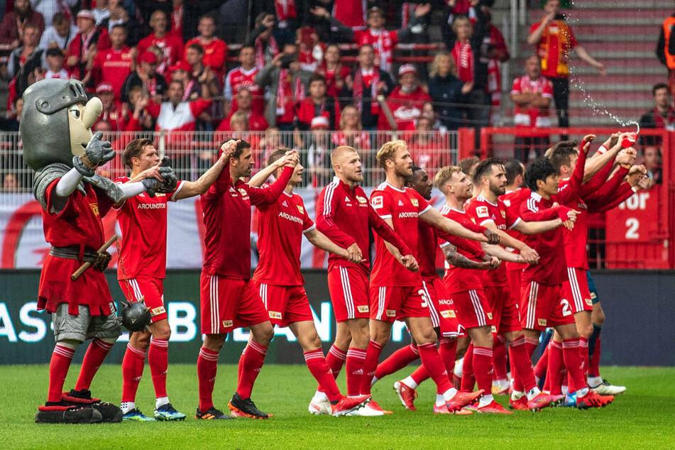 Die Union-Kicker feiern im Stadion An der Alten Försterei den 2:1-Sieg gegen Borussia Mönchengladbach mit ihren Fans.